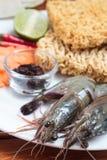 Camarón y tallarines como ingrediente en cocinar. Fotos de archivo