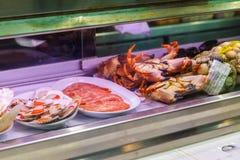 Camarões, caranguejos e marisco na janela da loja Mallorca, Espanha imagem de stock