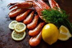 Camarões com limão em um fundo da carne de caranguejo Fotos de Stock