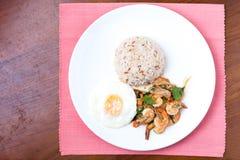 Camarões com pimentão, manjericão, estrelado e arroz do córrego Fotos de Stock Royalty Free