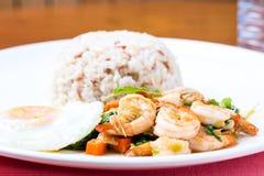 Camarões com pimentão, manjericão, estrelado e arroz do córrego, estilo do Tailândia-alimento Imagens de Stock Royalty Free