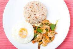 Camarões com pimentões, manjericão, estrelado e arroz do córrego Imagens de Stock Royalty Free