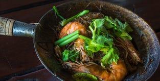 Camarões cozidos com macarronetes de vidro, alimento tailandês autêntico foto de stock royalty free