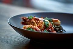 Camarões cozinhados, camarões com temperos no fundo de pedra Camarão fritado com alecrins em uma frigideira repartida em uma tabe Foto de Stock Royalty Free