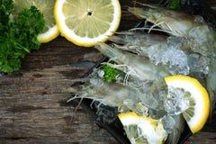 Camarões crus com limão e salsa Fotos de Stock