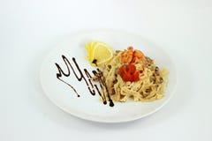 Camarões de Carbonara dos espaguetes em um fundo branco Imagem de Stock Royalty Free