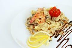 Camarões de Carbonara dos espaguetes em um fundo branco Imagens de Stock Royalty Free