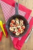 Camarões do alho com pimentas de pimentão Foto de Stock