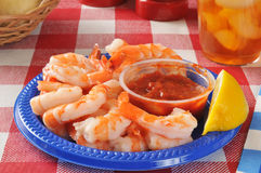 Camarões do camarão em uma tabela de piquenique Fotos de Stock