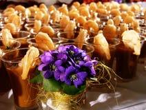 Camarões do gourmet com flores fotografia de stock royalty free