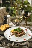 Camarões do rei com salada e vinho Foto de Stock