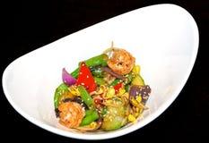 Camarões do tigre, vegetais, cogumelos chineses e beansprouts no Fotos de Stock
