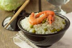 Camarões e arroz com as ervilhas verdes na bacia Fotos de Stock