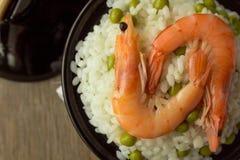 Camarões e arroz com as ervilhas verdes na bacia Foto de Stock Royalty Free