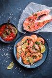 Camarões e fundo salmon Imagem de Stock
