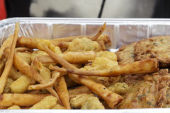 Camarões e omeletas panados do camarão, exponentes da gastronomia andaluza fotografia de stock