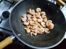 Camarões em um wok foto de stock