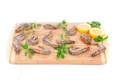 Camarões frescos na placa de madeira Fotografia de Stock Royalty Free