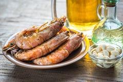 Camarões fritados com vidro da cerveja Fotos de Stock Royalty Free