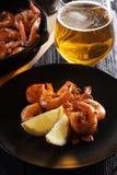 Camarões fritados com vidro de cerveja clara Imagens de Stock Royalty Free