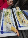 Camarões fritados do sushi saborosos fotografia de stock