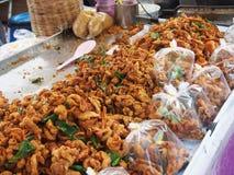 Camarões fritados e pele friável da galinha, alimento tailandês da rua na feira da ladra Fotografia de Stock