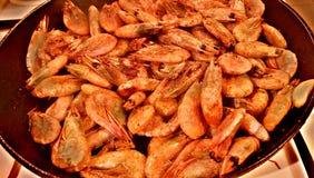 Camarões fritados em uma bandeja fotografia de stock