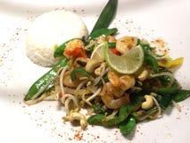 Camarões grelhados com arroz, broto de soja, vagens de ervilha fotografia de stock