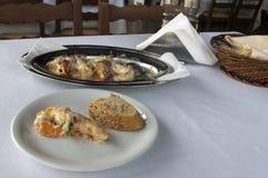 Camarões no taverna grego, marisco fotos de stock