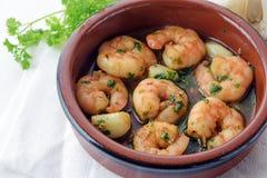 Camarões ou camarões com alho e salsa no molho da xerez em um t Fotografia de Stock