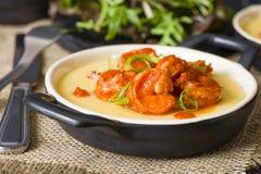Camarões picantes & Polenta Fotos de Stock