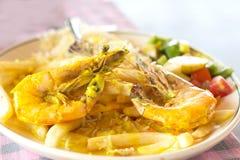 Camarões reais com batatas fritas arroz e salada Imagens de Stock Royalty Free