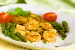 Camarões Roasted com espargos e a batata verdes Foto de Stock