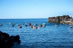 Camara de罗伯斯是一个渔村在市丰沙尔附近并且有某些最高的峭壁在世界上 免版税库存图片