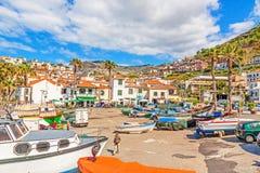 Camara de罗伯斯,有渔船的马德拉岛港口  免版税库存图片