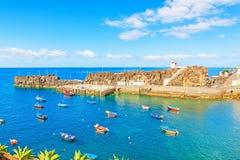 Camara de罗伯斯,有渔船的马德拉岛港口  库存照片