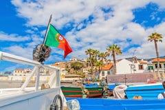 Camara de Lobos - motora con la bandera portuguesa en el puerto Fotos de archivo