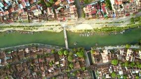 Camara hänger den ovannämnda kanalen med bron i Hoian arkivfilmer