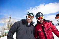 Camaradas do esqui que têm o esqui do divertimento foto de stock royalty free