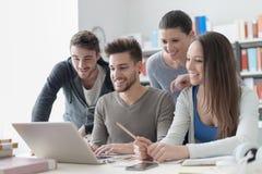 Camarades de classe étudiant ensemble Image libre de droits