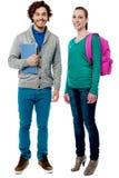 Camarades de classe gais posant ensemble Photo stock