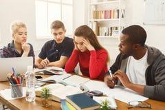 Camarades de classe multi-ethniques se préparant aux examens ensemble Photo libre de droits