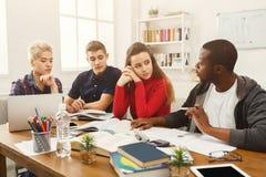 Camarades de classe multi-ethniques se préparant aux examens ensemble Photos stock