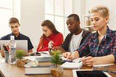 Camarades de classe multi-ethniques se préparant aux examens ensemble Photos libres de droits