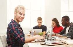 Camarades de classe multi-ethniques se préparant aux examens ensemble Image libre de droits