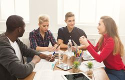 Camarades de classe multi-ethniques se préparant aux examens ensemble Images stock