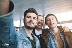 Camarades de faisceau prenant la photo de lui-même Image libre de droits