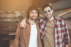Camarades gais posant dans l'étreinte amicale Photographie stock