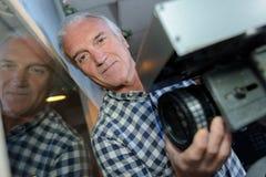 Camaraman het aanpassen lens op camera stock foto
