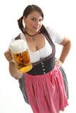 Camarera bávara con la cerveza de Octoberfest que mira para arriba Foto de archivo libre de regalías